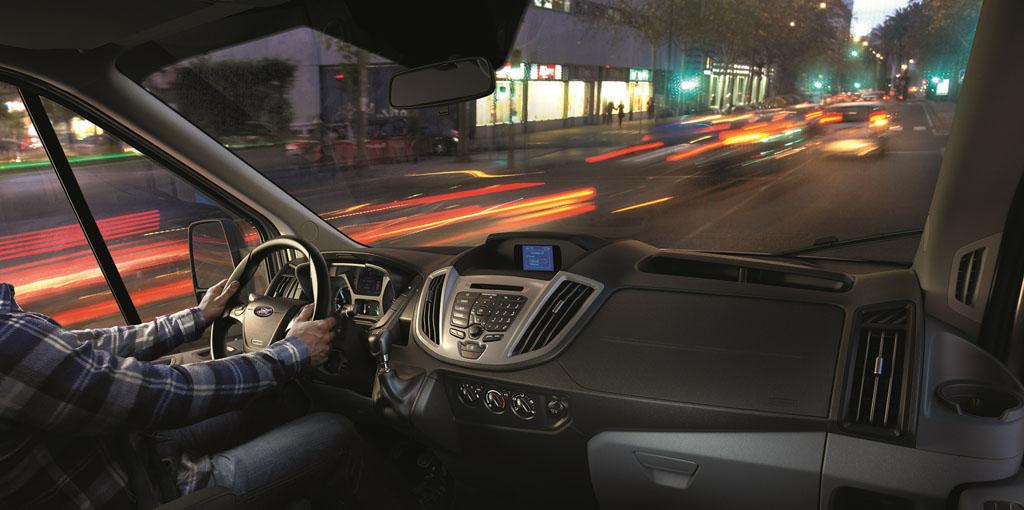 Interior diseñado y equipado en torno al conductor (3)