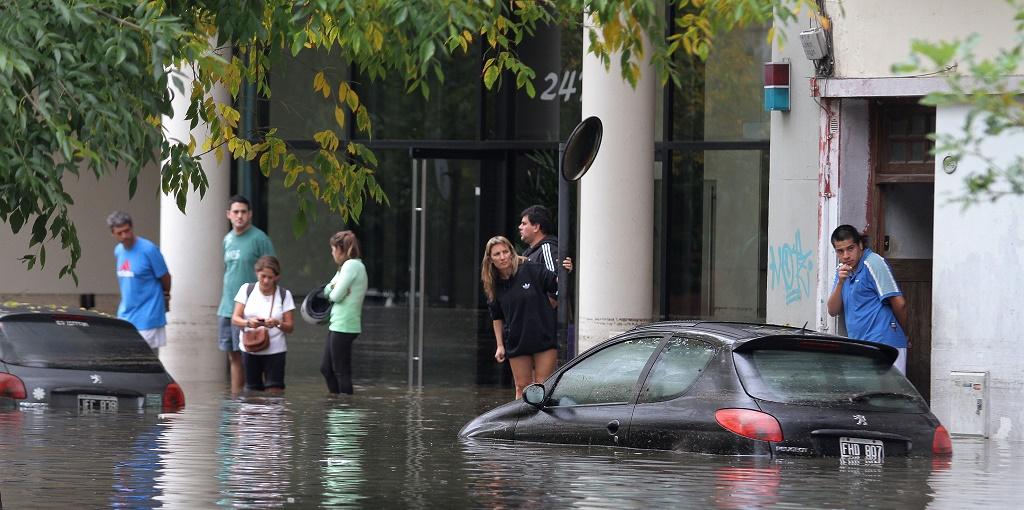zzzznacg2NOTICIAS ARGENTINAS BAIRES, ABRIL 2: Inundaciones en la ciudad de Buenos Aires luego de las intensas lluvias registradas esta madrugada en el area metropolitana.  Foto NA: SANTIAGO PANDOLFI/DIARIO POPULARzzzz