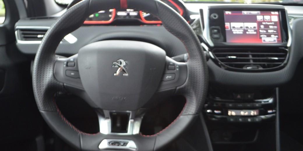 Peugeot 208 interior 4