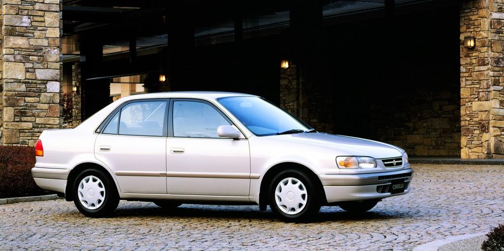 La octava generación presentó un cambio fundamental de las líneas del sedán.
