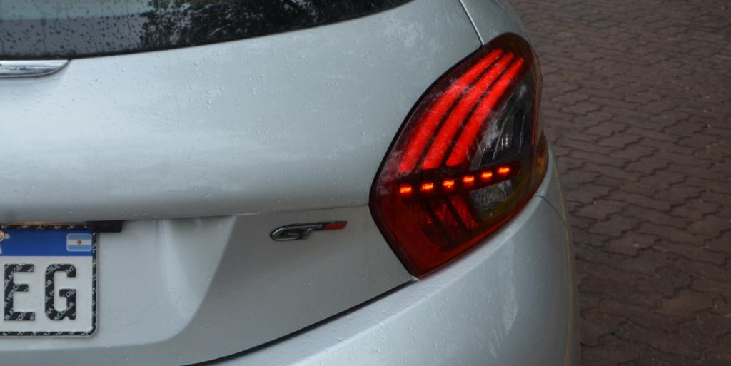 peugeot 208 GT estatica 3