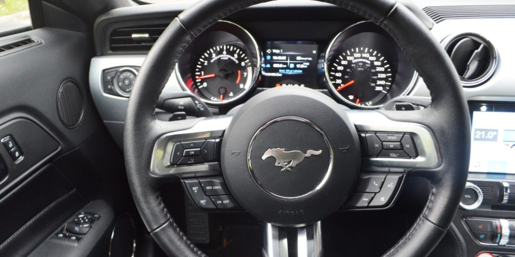 Ford Mustang interior volante