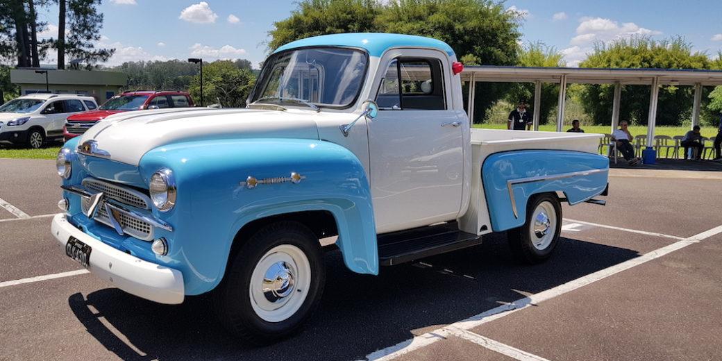 Chevrolet de coleccion celeste y blanca