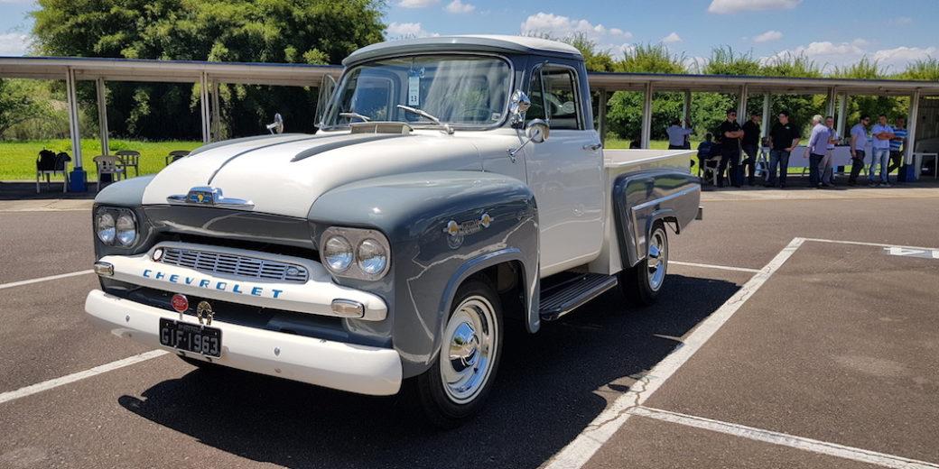 Chevrolet de coleccion gris y blanca