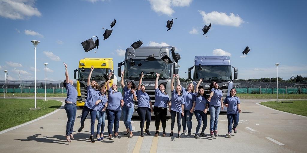 Scania: egresaron las primeras 12 mujeres conductoras de camiones