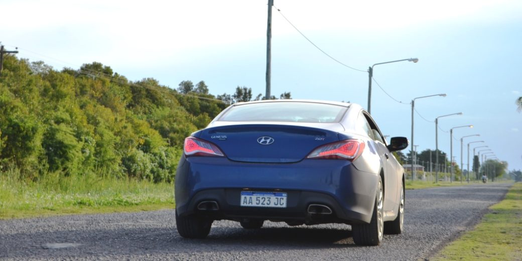Hyundai Genesis atras